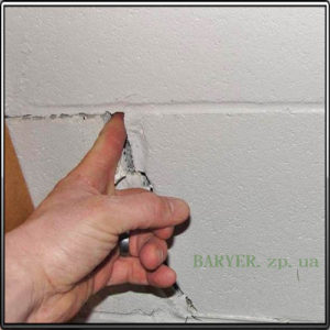 тараканы проникают через щели в стенах